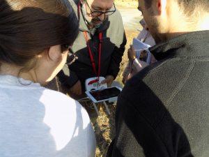 Luis barbero, director de operaciones del servicio drones, mostrando la emisora a los alumnos